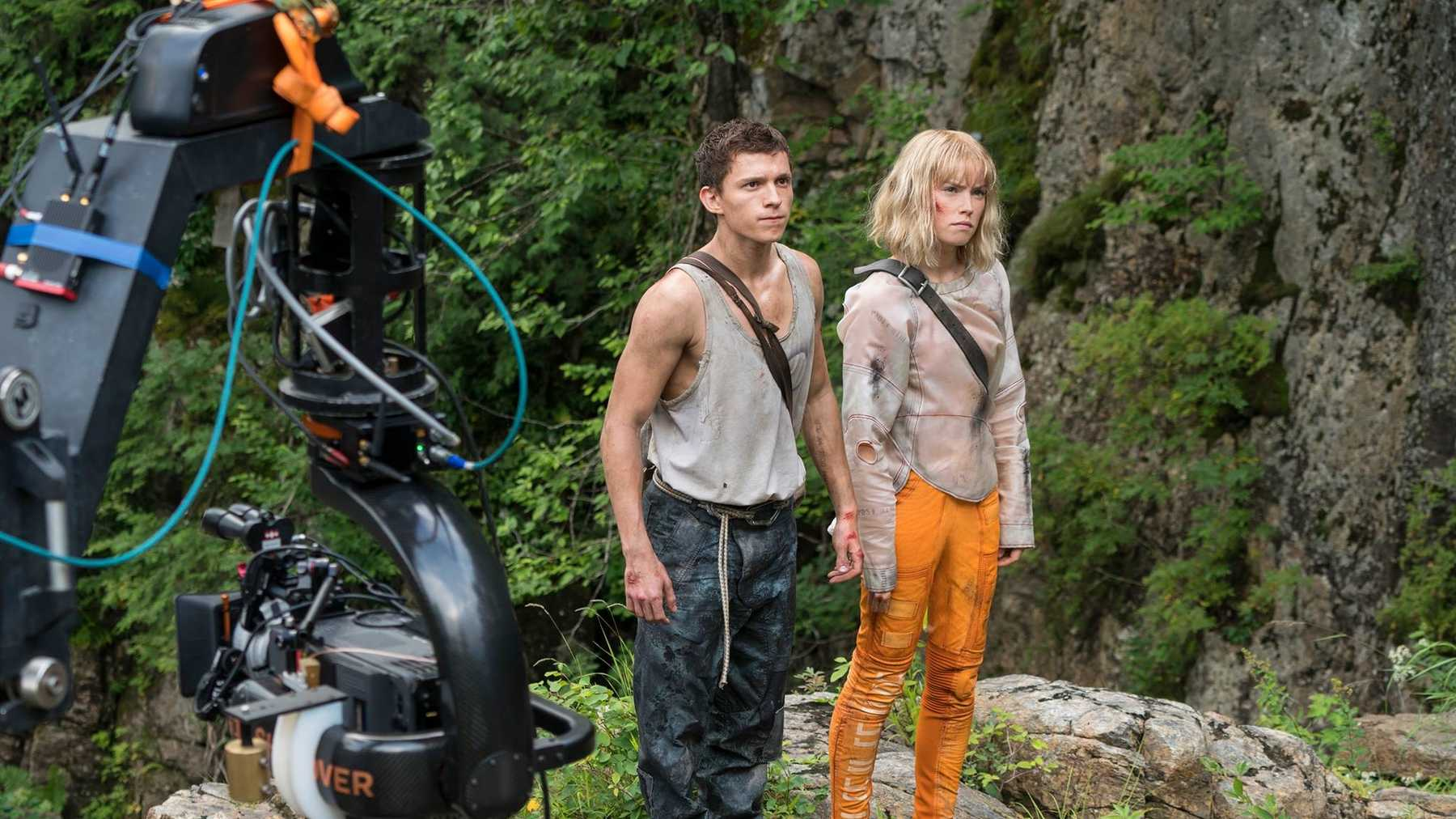 Daisy Ridley and Tom Holland in Chaos Walking (set)