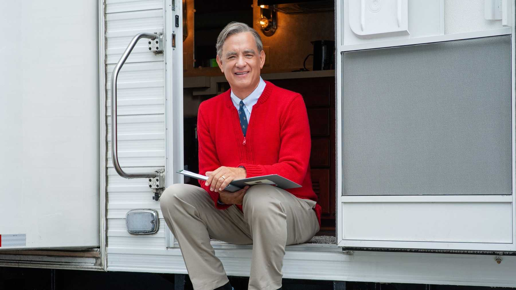 First Look At Tom Hanks As Us Tv Icon Mr Rogers Movies Empire