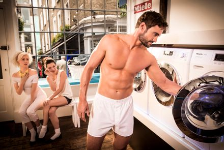 Thom Evans gets his KIT OFF! (And something about laundry