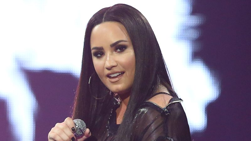 Demi Lovato shows off dramatic new hairstyle!
