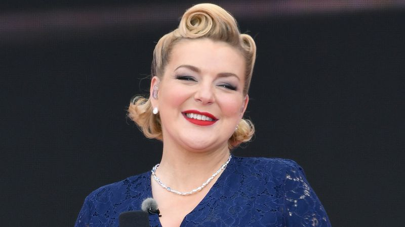 Sheridan Smith 'confirms' pregnancy during cruise ship performance