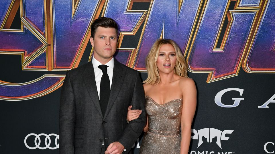Scarlett Johansson Hosts Snl And Kisses Her Fiance Colin Jost In Front Of His Colleagues Grazia
