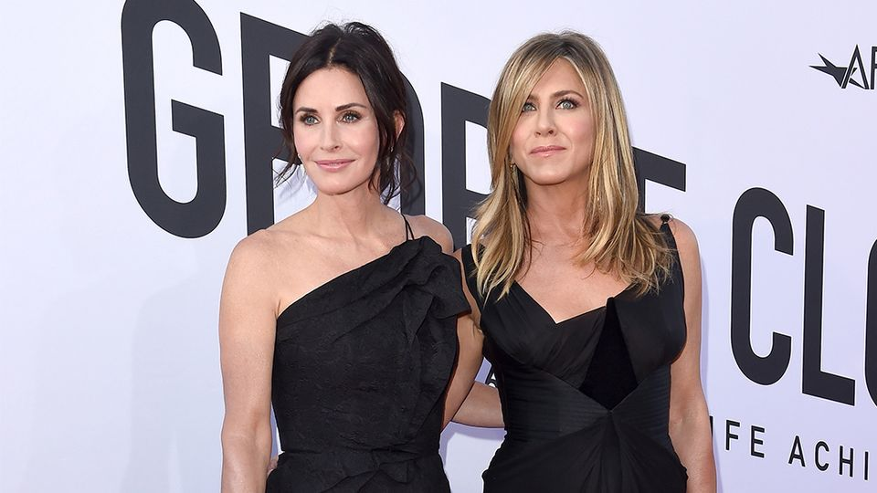 Courtney Cox transforms into Jennifer Aniston and OMG they're twins