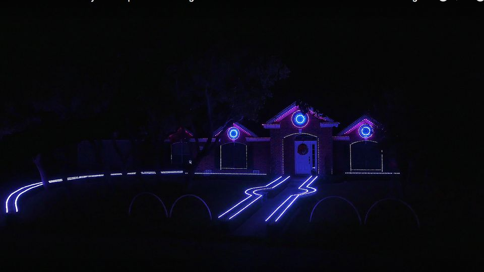 Christmas Dubstep.Family S Dubstep Christmas Lights Are A Hit Online